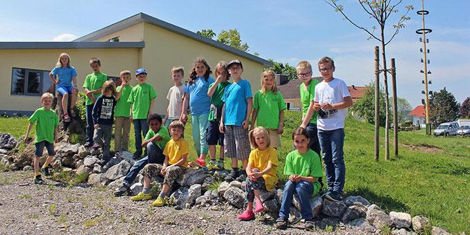 Schüler vor der Josef-Kentenich-Schule in Kempten-Leubas (Foto: Immler)