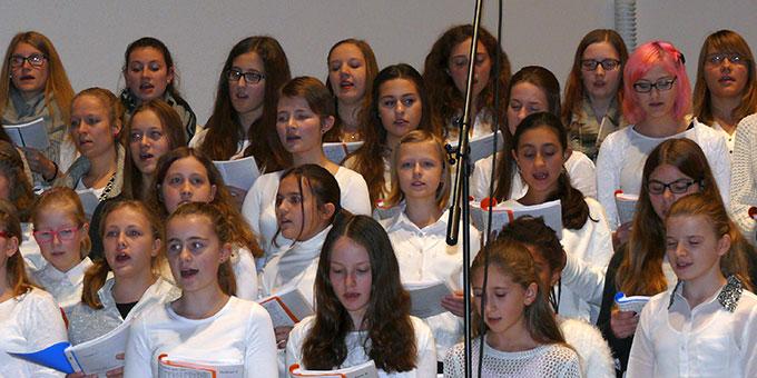 Schülerinnen der Schönstätter Marienschule gestalten die Bündnismesse in Schönstatt mit (Foto: Marienschule)
