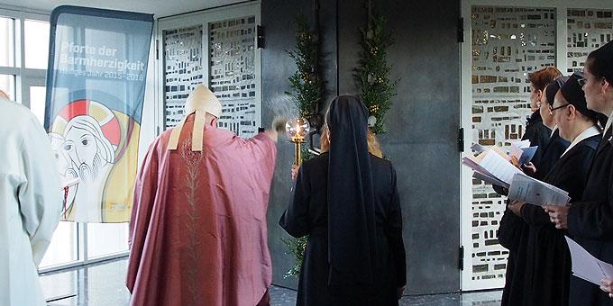 Öffnungsritus mit Durchschreiten der Heiligen Pforte (Foto: Bay)