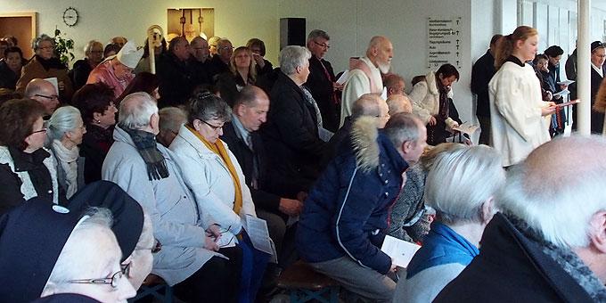 Erwartungsvolle Gottesdienstbesucher vor der Öffnung der Heiligen Pforte (Foto: Bay)