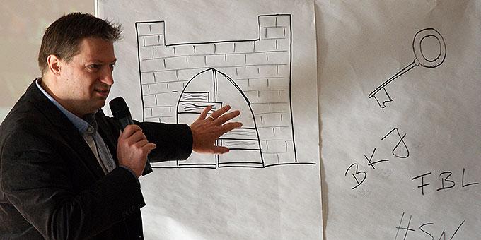 Gerhard Kehl, Jordan-Stiftung, erläutert in Würzburg, im Haus der Vineyard-Bewegung, das Konzept für die Kundgebung in München (Foto: Bianca Bauer, Aglow)