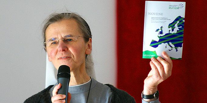 Schwester Anna-Maria aus der Wiesche, Christusbruderschaft Selbiz, stellt die Gebetsnovene zur Vorbereitung von München 2016 vor (Foto: Bianca Bauer, Aglow)