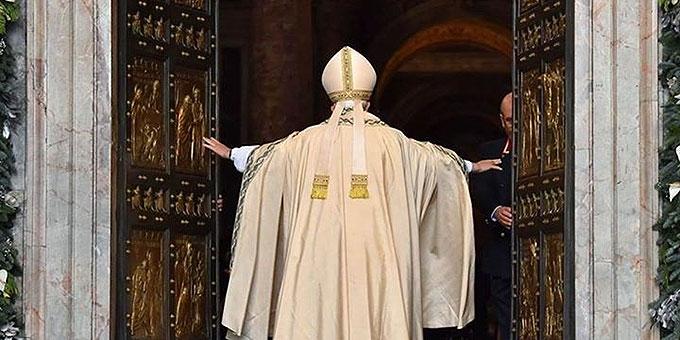 Papst Franziskus öffnet die Heilige Pforte (Foto: CTV)