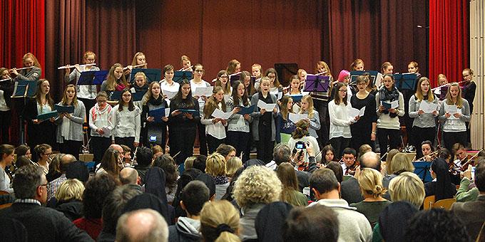 Chor und Flötisten der Schönstätter Marienschule (Foto: Brehm)