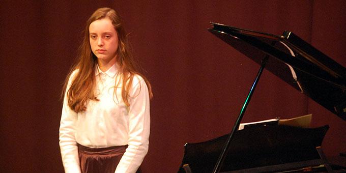 """Isabela Brill spielte bei """"Meu amigo Radamés"""" die Soloparts am Flügel (Foto: Brehm)"""