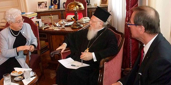 Maria Voce, Präsidentin der Fokolar-Bewegung und Gerhard Pross, CVJM Esslingen, bei Patriarch Bartholomäus I. (Foto: MfE)