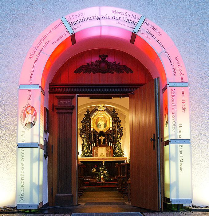 Die Tür des Urheiligtums - eine Pforte der Barmherzigkeit - ist offen für alle (Foto: Pilgerzentrale)
