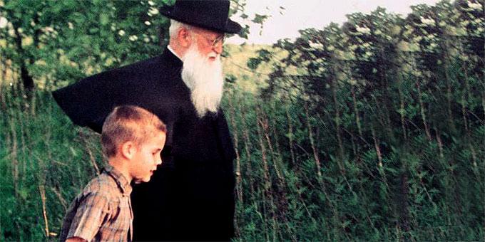Pater Josef Kentenich mit einem Jungen unterwegs (Foto: Archiv)