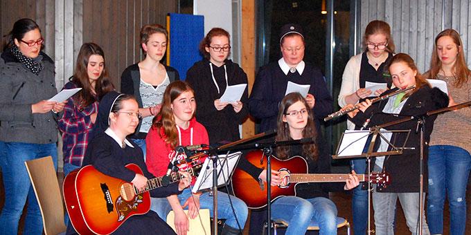 Einige der Jugendlichen wirken musikalisch beim Bündnisgottesdienst mit  (Foto: Brehm)