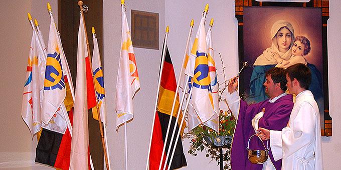 Pater Hans-Martin Samiez segnet die Fahnen, mit denen die Schönstattjugend zum Weltjugendtag fahren wird (Foto: Brehm)