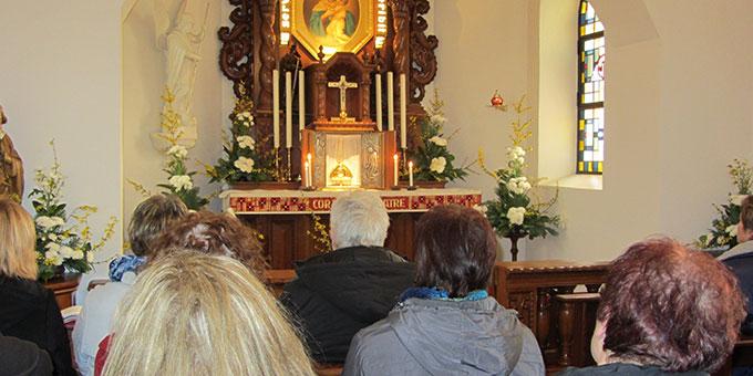 Gebetszeiten im Urheiligtum (Foto: Pilgerzentrale)