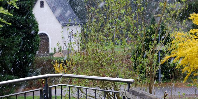 Schneegestöber am 25. April über der Baustelle beim Heiligtum (Foto: Familienbund)
