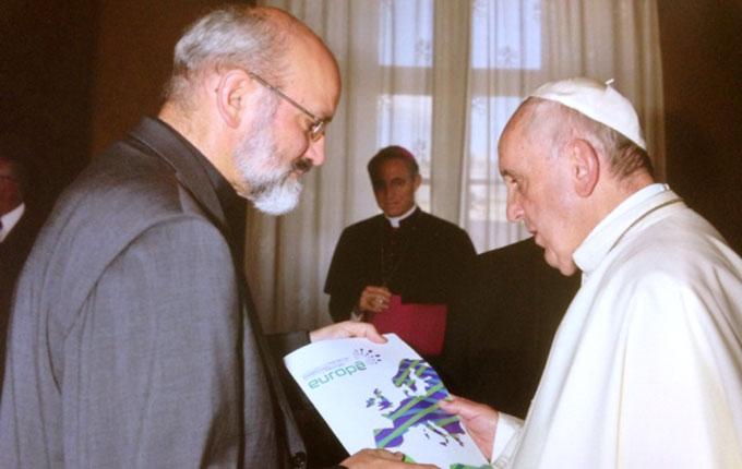 """Pater Heinrich Walter überreicht Papst Franziskus die Broschüre von """"Miteinander für Europa"""" (Foto: privat)"""