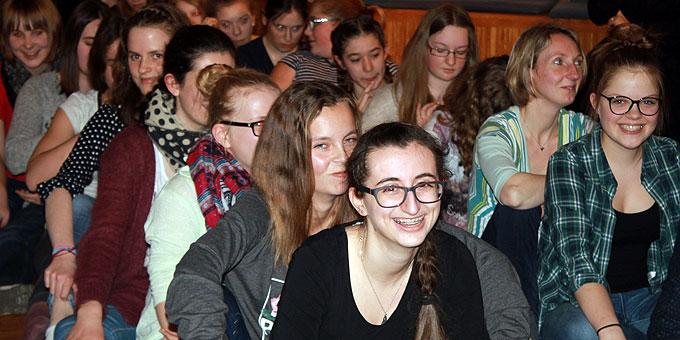 """Coole, tolle, starke Gemeinschaft – auch beim Abschied- und Dankesabend für Schwester M. Janika, zu dem weitere Jugendliche und """"Ehemalige"""" dazustoßen (Foto: MJF)"""