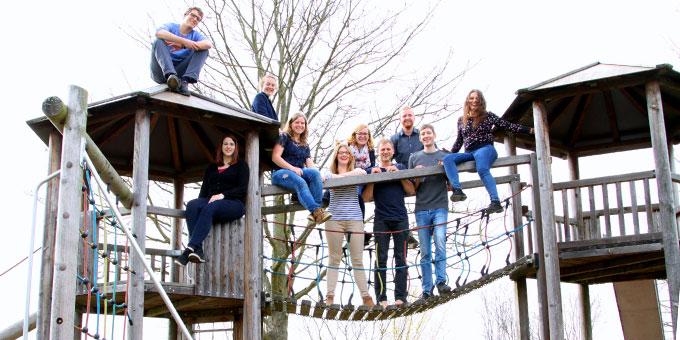 """Höhenluft schnuppern. – Das """"junge Kernteam"""" auf dem Spielplatz. (Foto: Selbstauslöser, Kamera: L. Jall)"""
