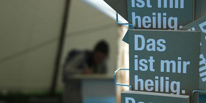"""""""Das ist mir heilig ..."""": Ein Zelt auf dem Wilhelm-Leuschner-Platz (Foto: Katholikentag (c))"""