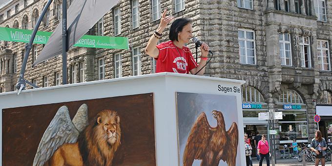 Kanzel auf dem Bahnhofsvorplatz (Foto: Katholikentag Nadine Malzkorn (c))