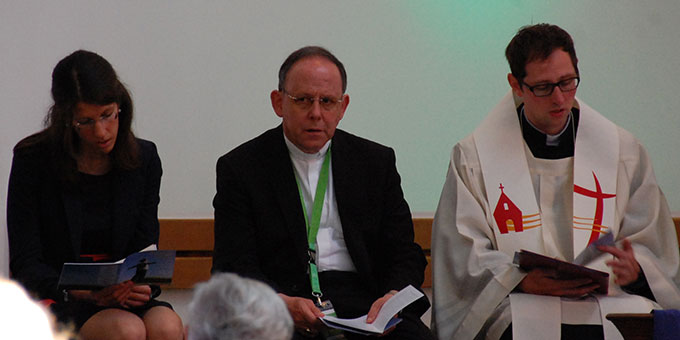 Theresia Strunk, Bischof Neymeyr und Kaplan Frank Blumers (Foto: Brehm)