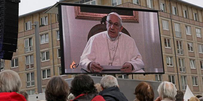 Die Botschaft von Papst Franziskus wird auf einer Videoleinwand eingespielt (Foto: katholikentag.de)