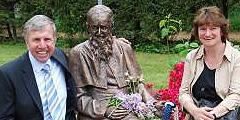 Bildhauer Florian Stückl aus Oberammergau und Gattin sitzen bei der neuen Vaterstatue (Foto: Heizmann)