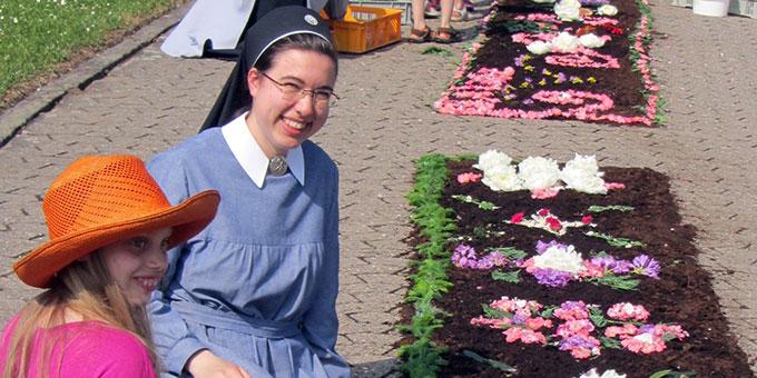 Blumenteppiche legen, macht Freude (Foto: Pilgerzentrale)