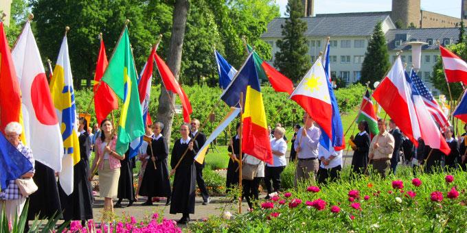 Die Schönstätter Marienschwestern beten für gutes Wetter und freuen sich über eine große Beteiligung an der Fronleichnamsprozession im Heiligen Jahr der Barmherzigkeit (Foto: Pilgerzentrale)