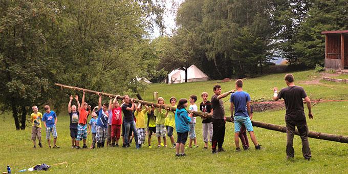 Beim Aufrichten eines Fahnenmastes (Foto: SMJ Fulda)