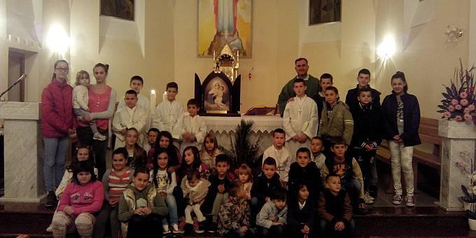 Kinder begegnen dem Gnadenbild von Schönstatt (Foto: Danijel Pandži?)