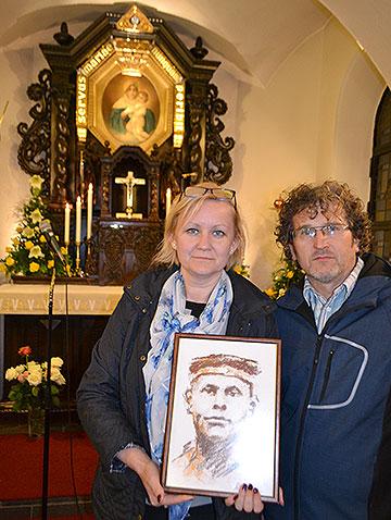 Beata und Grzegorz Majewscy haben das Bild von Josef Engling für ihre Heimat in Empfang genommen (Foto: Kostka)