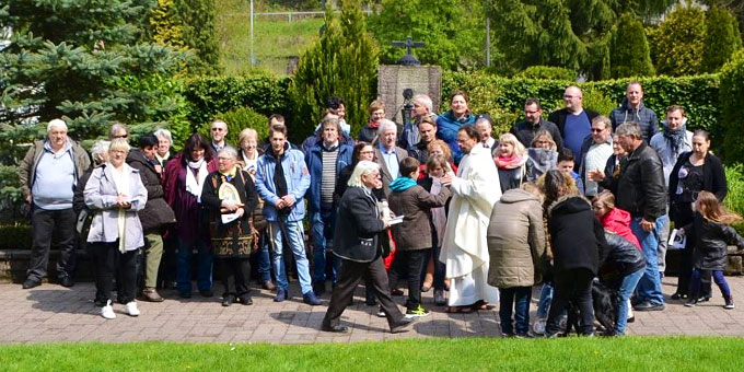 Nach der Liebesbündnisfeier - Länderüberbrückende Freude bei den französischen und polnischen Pilgern (Foto: Kostka)