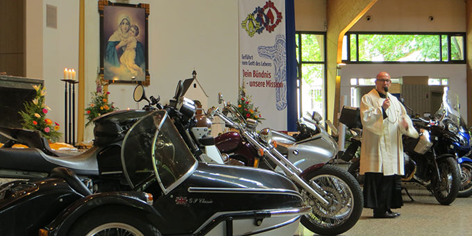 Motorräder vor dem Bild der Gottesmutter in der Pilgerkirche (Foto: Pilgerzentrale)