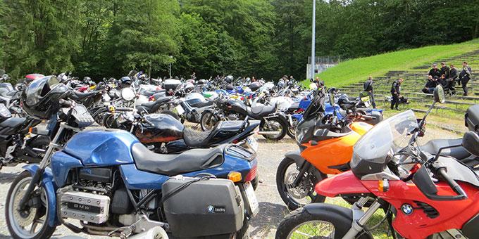 Der Pilgerplatz ist voller Motorräder bei der Motoradwallfahrt nach Schönstatt, die die Militärseelsorge organisiert (Foto: Pilgerzentrale)