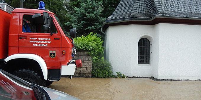 Die Feuerwehr rückt an, um die Überschwemmung in der Pallotti-Straße zu bekämpfen (Foto: Wolf)