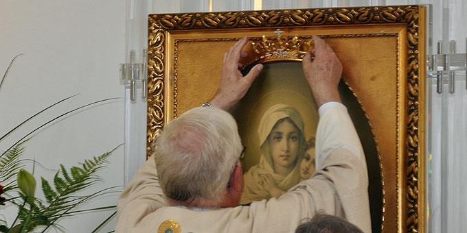 Die Krönung ist ein sehr persönliches Tun des Weihbischofs als Johannes Kreidler (Foto: Baumann)