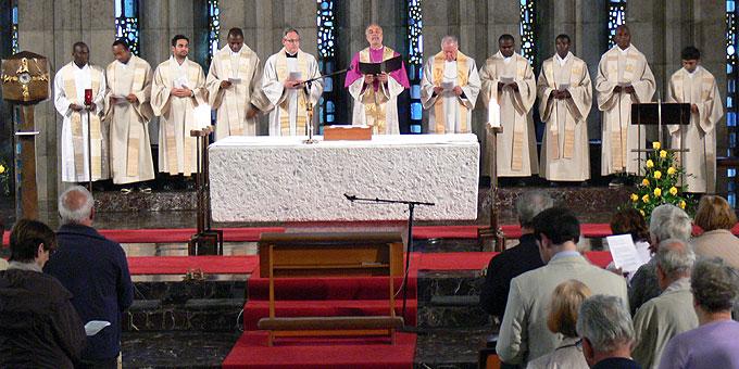 Die mitfeiernden Priester, zu denen erstmals Pater Dr. Lothar Penners zählt, lassen weltweite Kirche erfahren (Foto: Gehrlein)