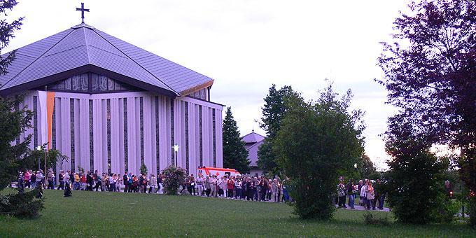 Beeindruckende, ermutigende, zukunftsweisende Feier von 50 Jahren Weihe der Krönungskirche auf der Liebfrauenhöhe (Foto: Gehrlein)