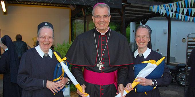 Weihbischof Jörg Michael Peters zusammen mit Schwester M. Anne-Meike Brück (l) und Schwester Bernadett-Maria Schenk (Foto: Brehm)