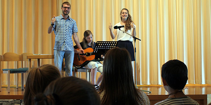 Magdalena und Johannes H. moderieren das Freudenfest und stellen die Angebote der Schönstatt-Jugendgemeinschaften vor (Foto: Hartmann)