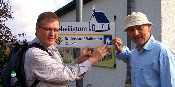 Stefan Buß und Friedhelm Bleuel am ersten Wegweiser des SP1 in Dietershausen (Foto: Alfred Klüber)