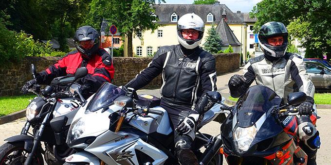 Einfahrt einer Gruppe Motoradwallfahrer zur Militär-Motorrad-Wallfahrt in Schönstatt (Foto: Pilgerzentrale)