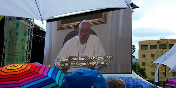 Von Papst Franziskus wurde eine Video-Botschaft eingespielt (Foto: Brehm)