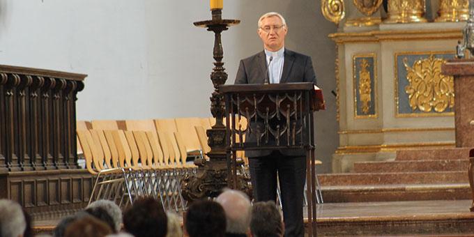 Pater Ludwig Güthlein, Leiter der Schönstatt-Bewegung Deutschland, hält die Verkündigung (Foto: Fischer)