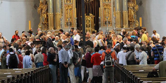 Gebetszeit in St. Michael: In kleinen Gebetsgruppen im Altarraum beten die Teilnehmer mit- und füreinander (Foto: Fischer)