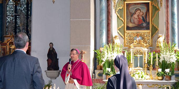 Zum Festauftakt ein Pilgerweg mit Weihbischof Dr. Michael Gerber, Freiburg, von der Mutter des guten Rates zum Schönstatt-Heiligtum  (Foto: Huvers)
