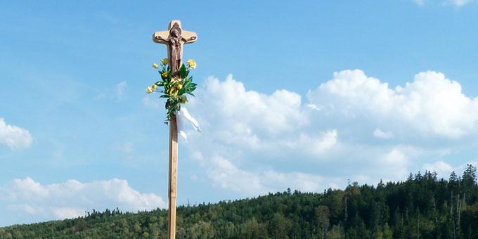 """Schönstatt-Pilgermarsch unter dem """"Kreuz der Einheit"""" (Foto: Steiner)"""