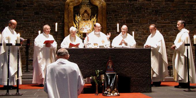 Konzelebranten am Altar (Foto: S-MS)