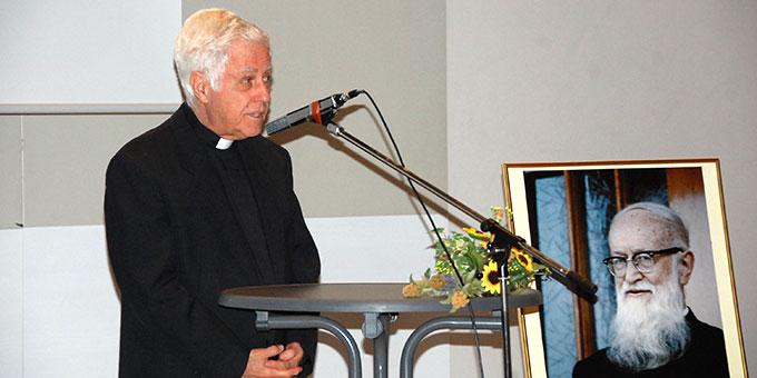 Pater Angel Strada, Postulator im Seligsprechungsprozess für Pater Kentenich eröffnet den Abend (Foto: Brehm)