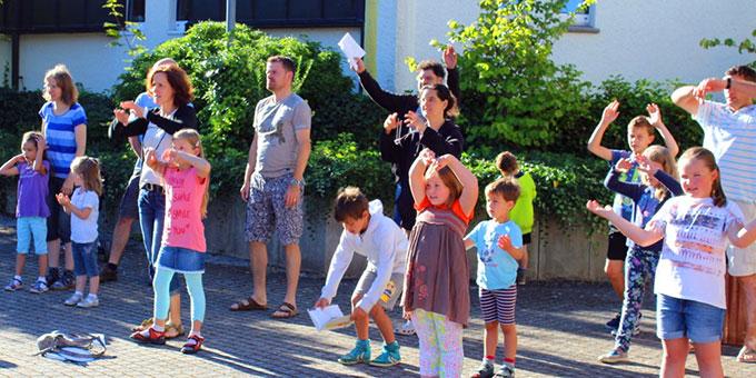 Familienferientagung mit sportlichem Morgenlob im Innenhof (Foto: M. Guserle)