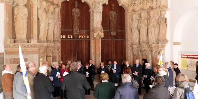 Pilgergruppe vor der Hl. Pforte des Domes (Foto: Große Böckmann)