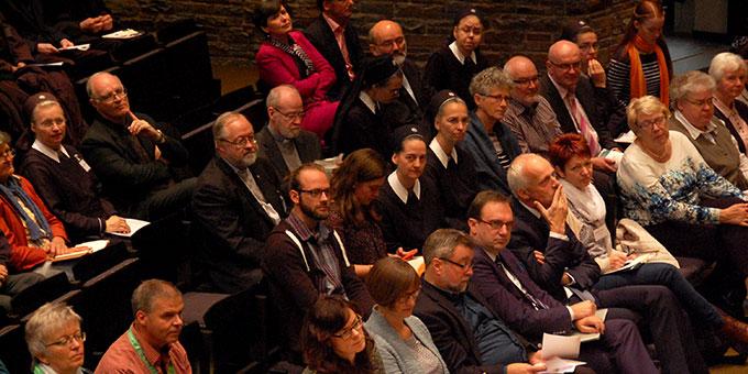 Publikum in der Aula der Anbetungskirche (Foto: Brehm)